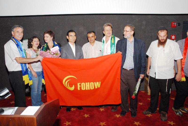 בכנס חגיגי שנערך בחודש יולי 2010 עם נשיא הקונצרן מר חאן ג'ינמין - עומד במרכז הדגל