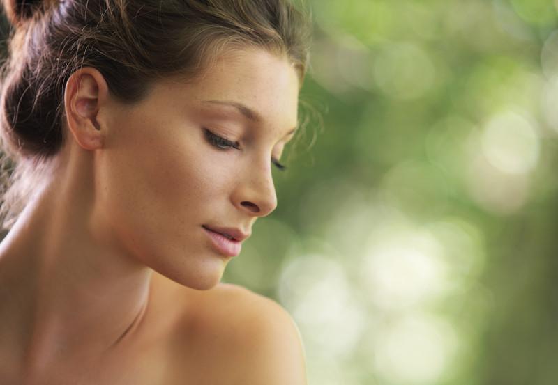 """טיפול פנים מהיר ובטוח. העלמת קמטים והורדת שקיות מתחת לעיניים באמצעות """"אינסטנט אייג'לס"""" ללא בוטוקס"""