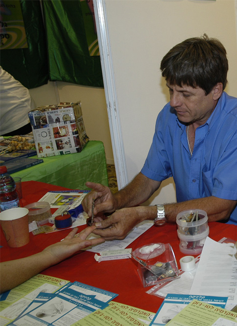יוסי זילברפרב מטפל מומחה בסו ג'וק. מתמחה בריפוי כאבי גב, צוואר תפוס וכן מטפל בפורמולות סיניות מדור שלישי לריפוי אוסטיאופורוזיס, הפרעות קשב וריכוז.